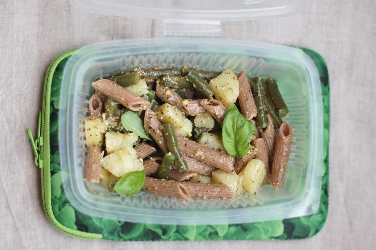 Penne al farro con pesto, patate e fagiolini