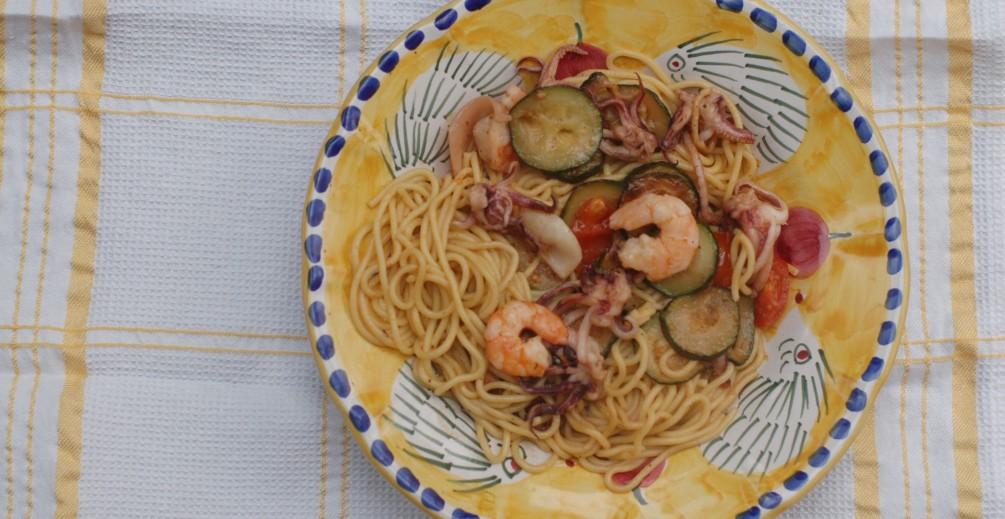 Spaghetti con frutti di mare pomodorini e zucchine saltate