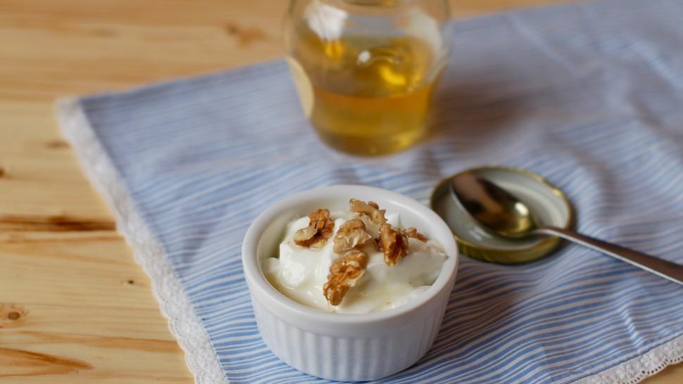 Yogurt greco con noci e miele d'acacia