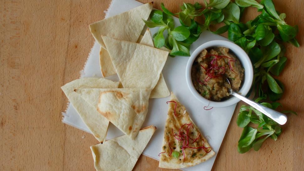 Hummus di melanzane con insalata songino