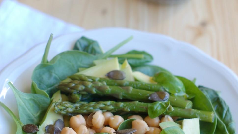 Insalata con asparagi, avocado, spinacino e ceci