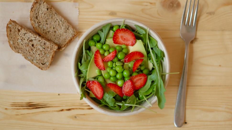 insalata di rucola con piselli, avocado e fragole