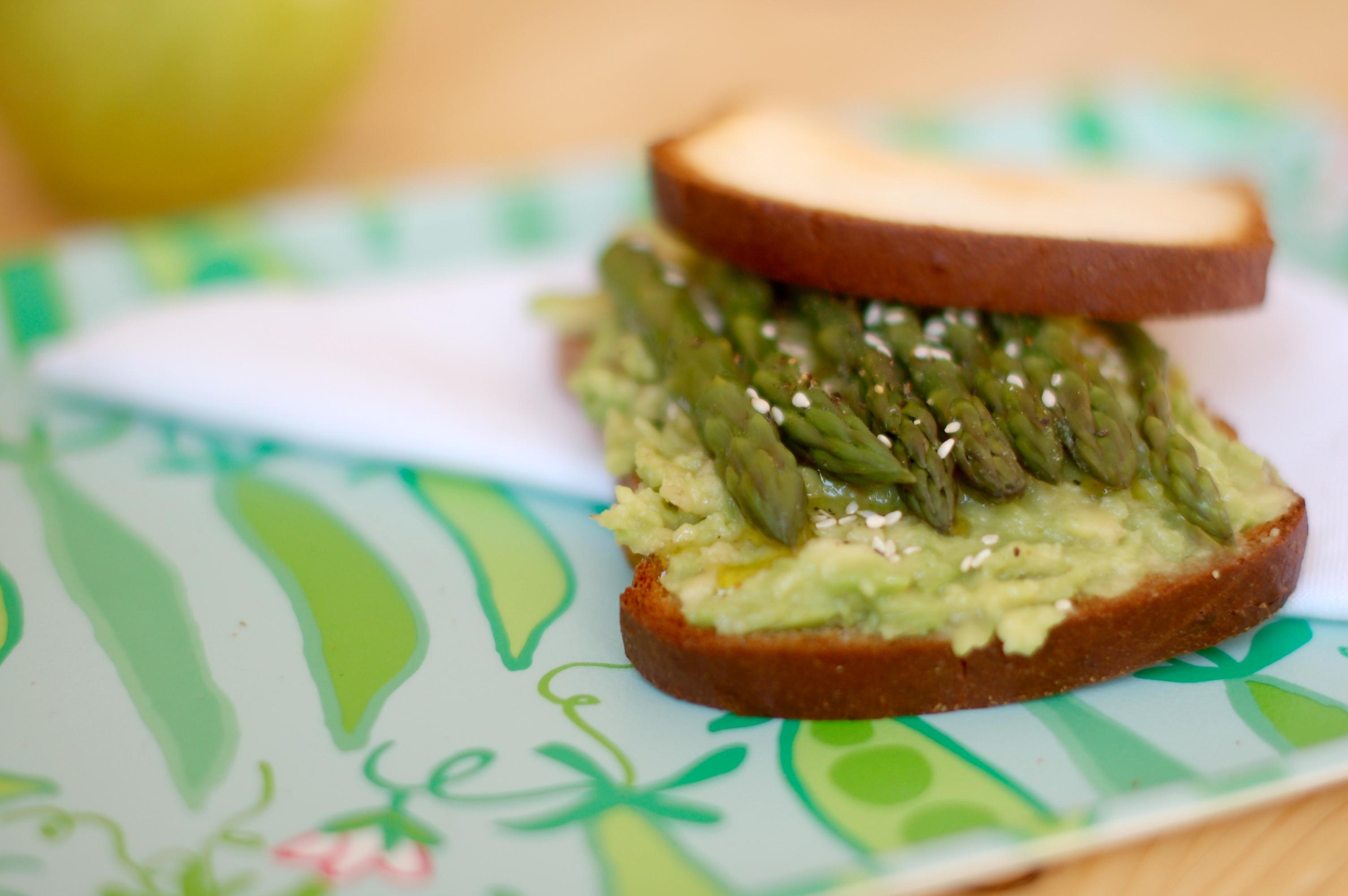 Sandwich gluten free con avocado e asparagi