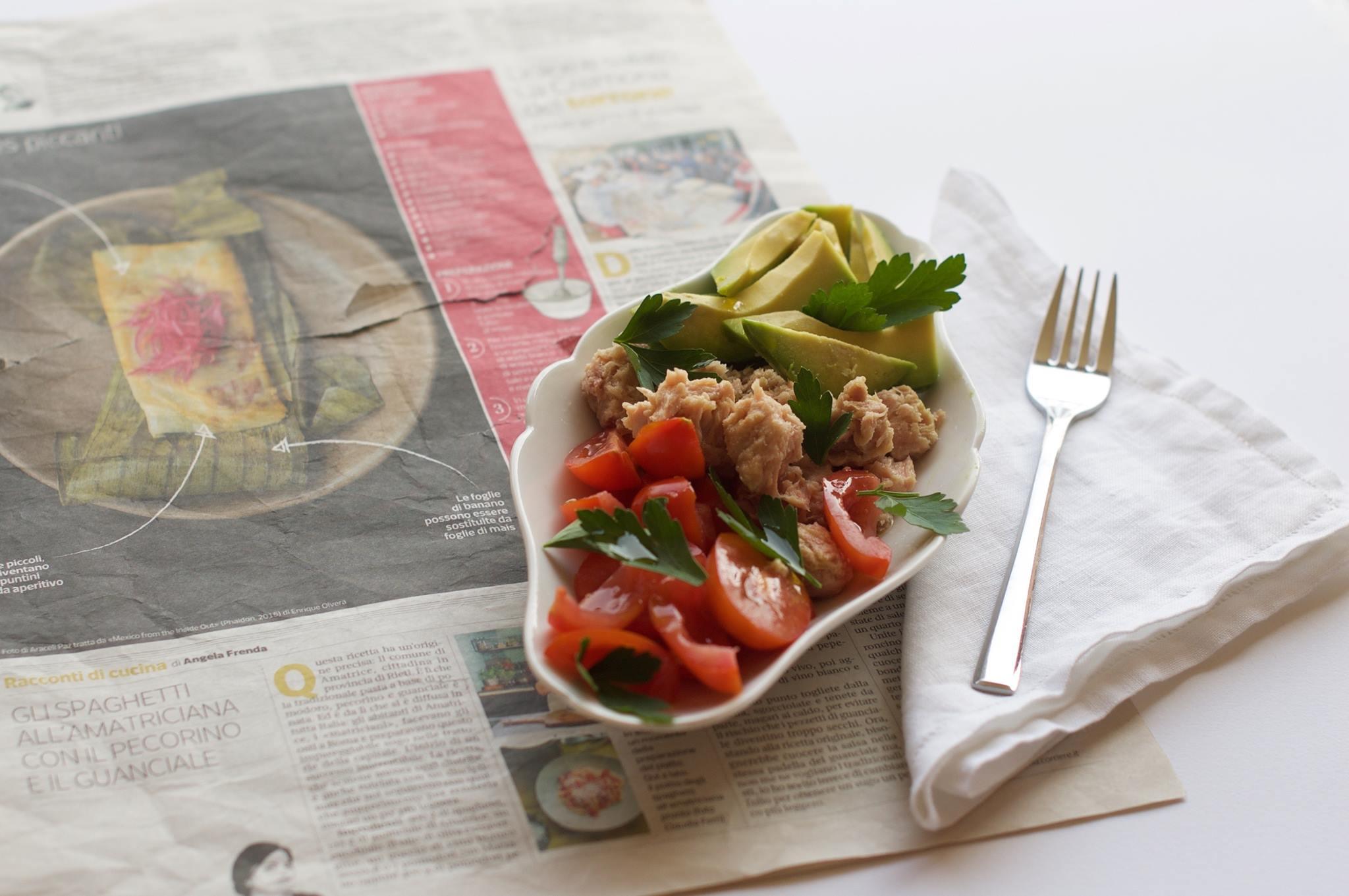 Insalata di pomodori con tonno e avocado