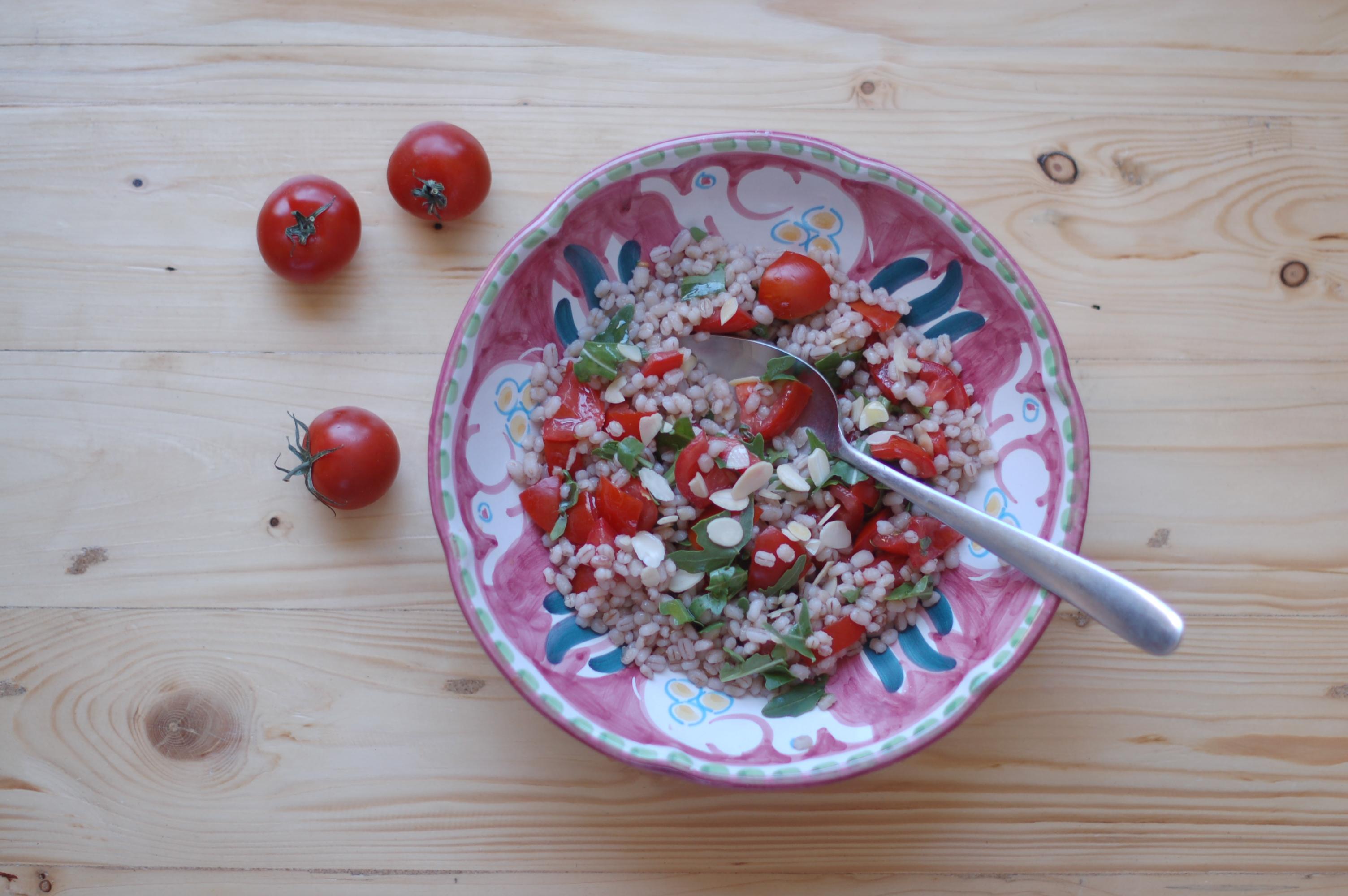 Insalata di orzo con pomodorini, rucola e mandorle