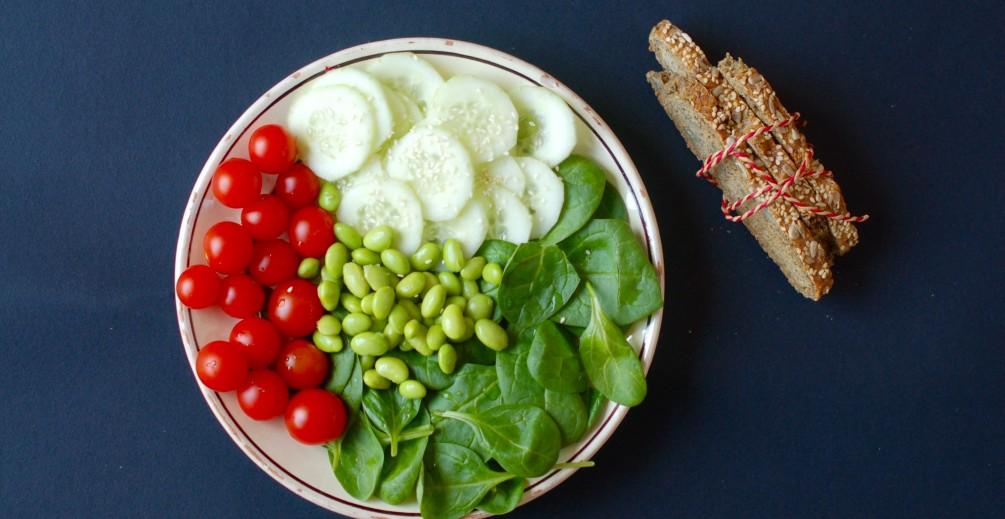 Insalata depurativa con cetrioli, edamame, pomodorini e spinacino