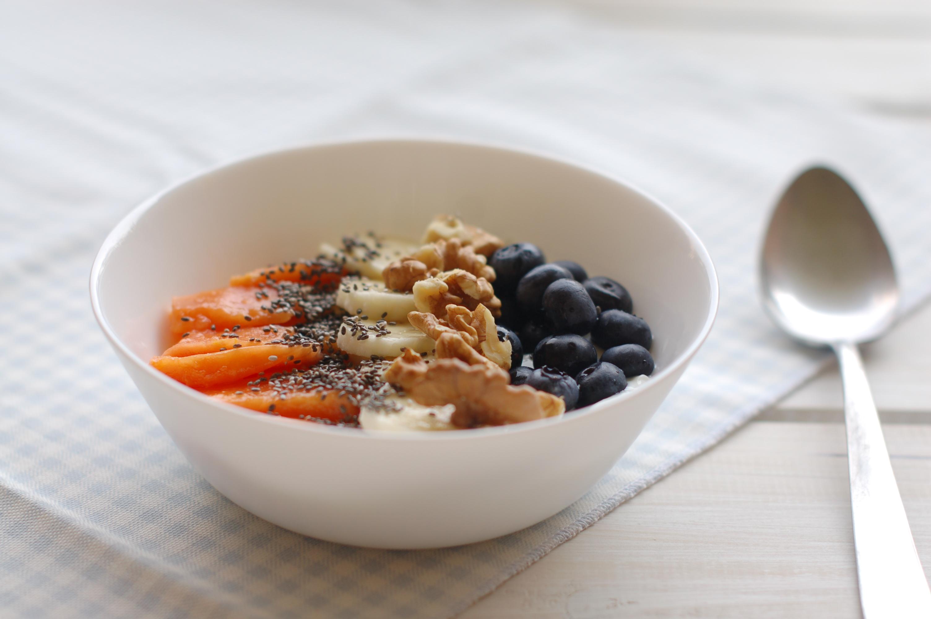 Yogurt con frutta fresca, noci e semi di chia