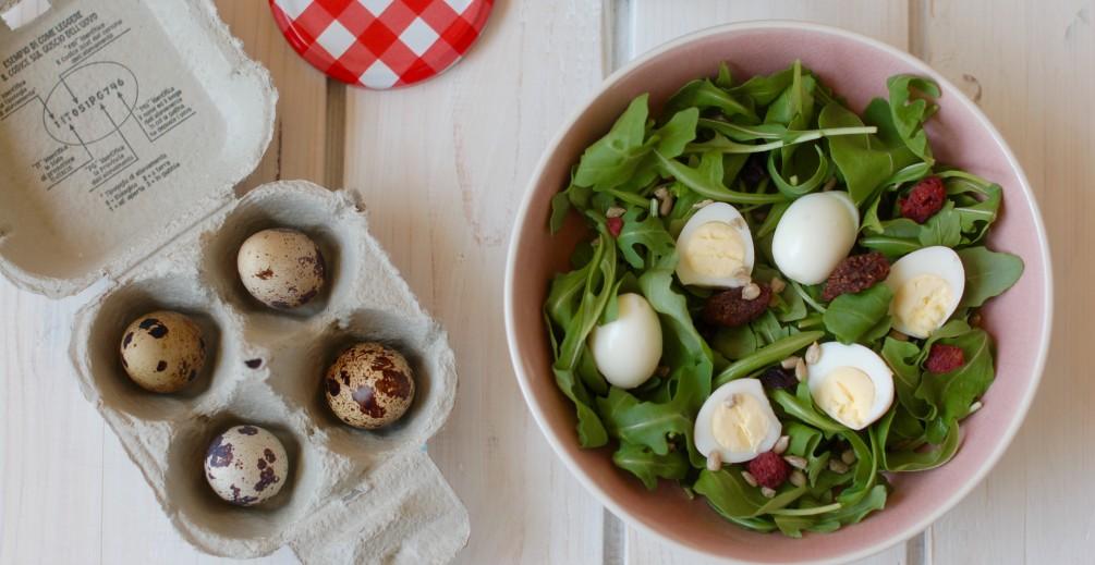 insalata di rucola con uova di quaglia