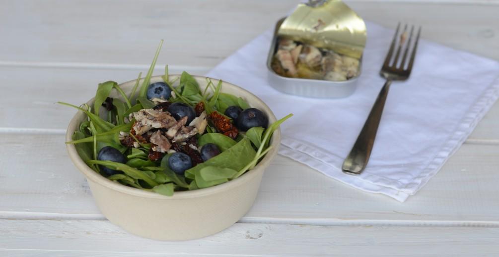 Insalata con mirtilli, sardine e pomodori secchi