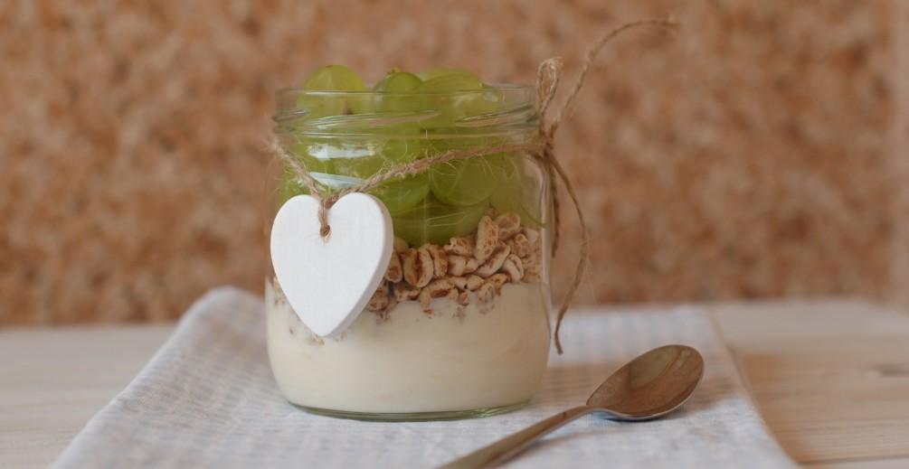 Yogurt con farro e uva