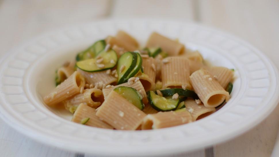 Rigatoni integrali con zucchine, semi di zucca e parmigiano