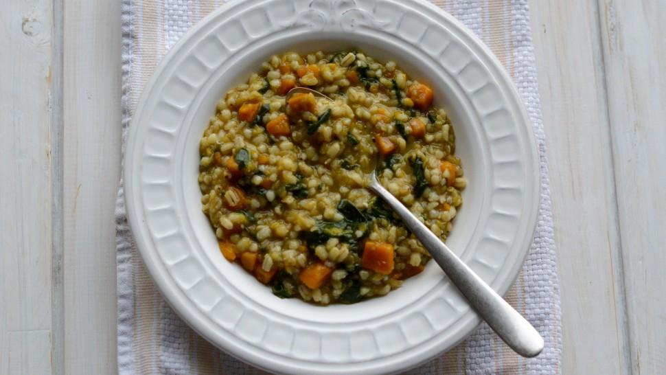 Zuppa di legumi con zucca e spinaci