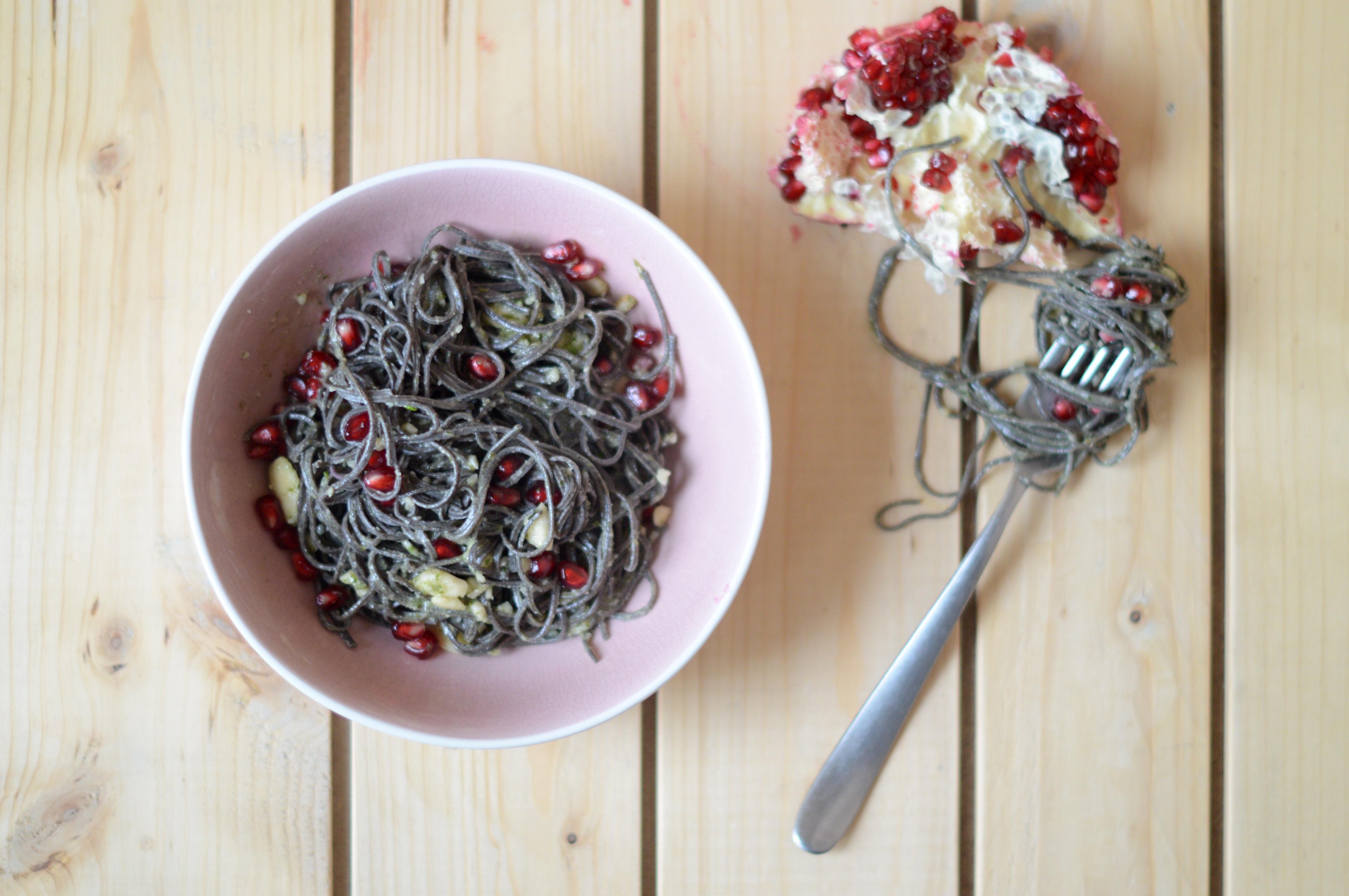 Organic black bean spaghetti con pesto di mandorle e melograno