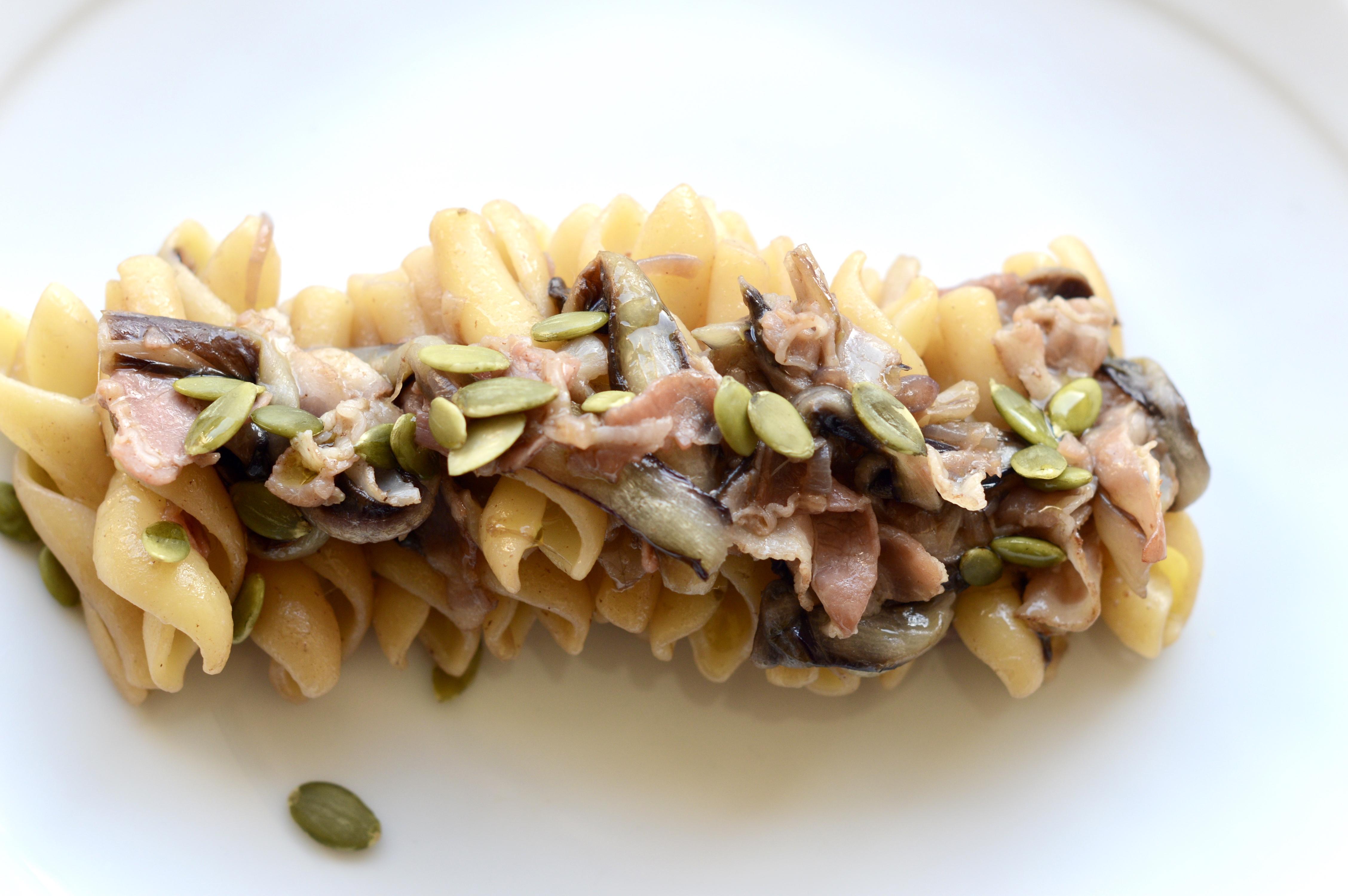 Trecce con radicchio, pancetta e semi di zucca