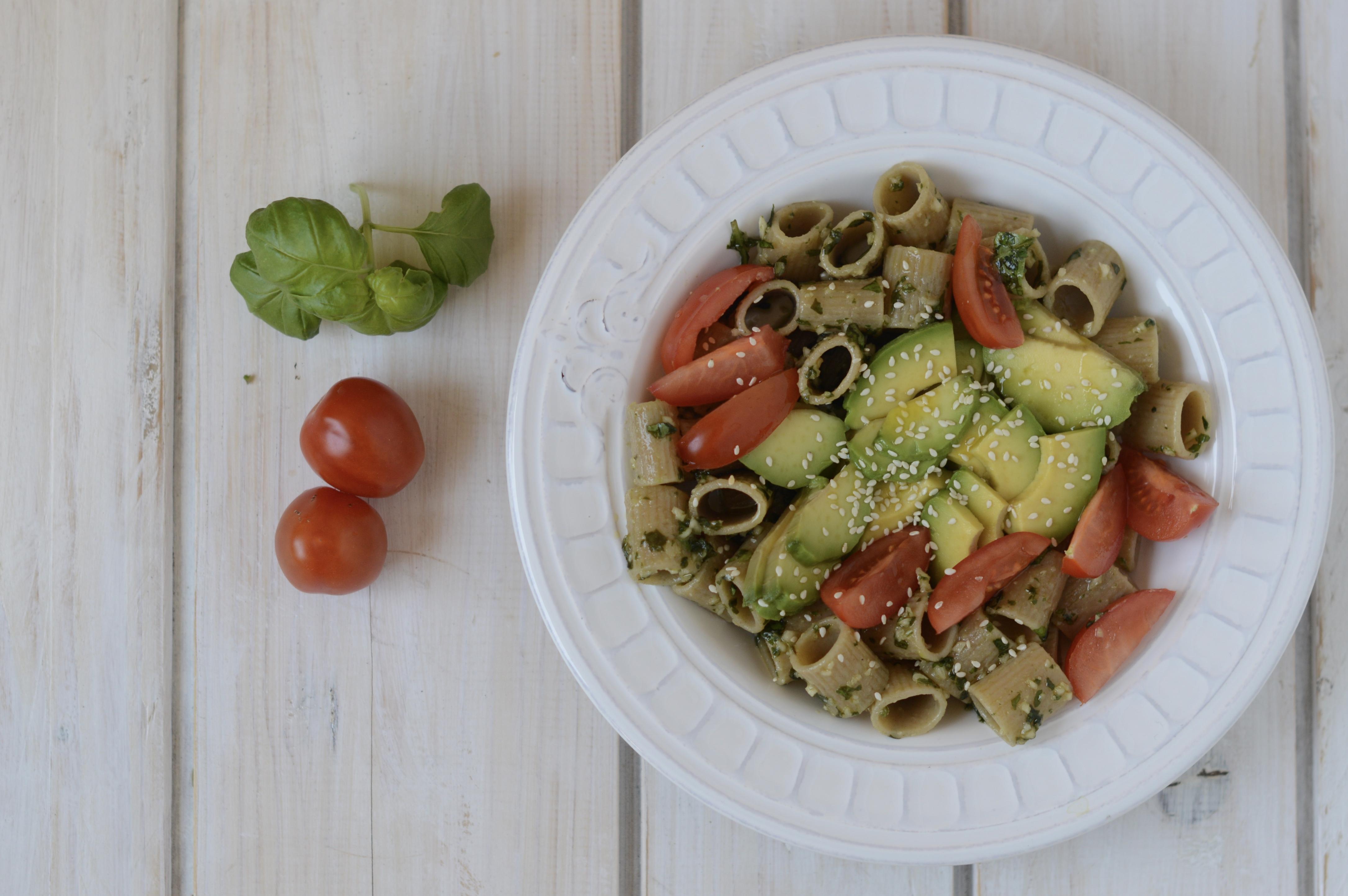 Mezzi rigatoni con pesto di mandorle, avocado e pomodori