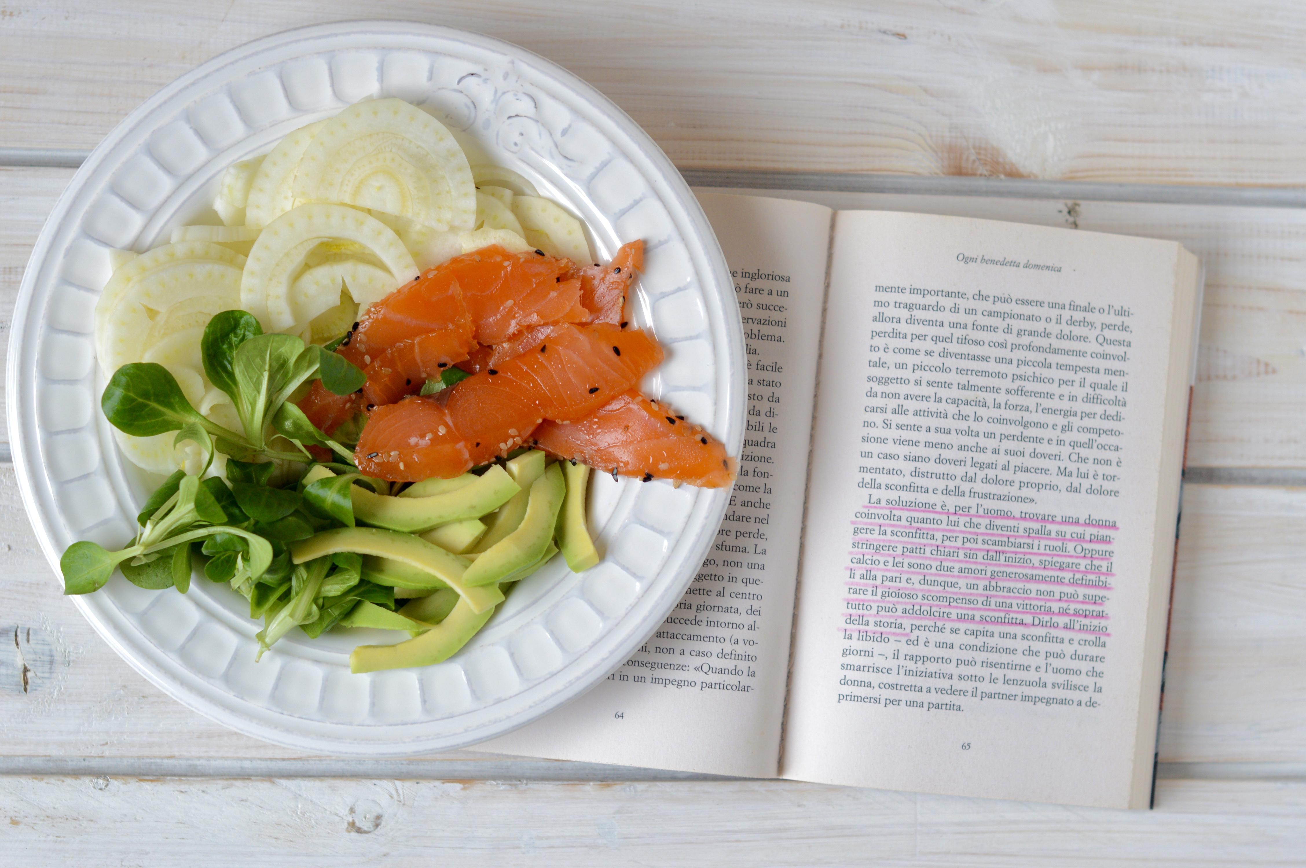 Insalata con salmone, finocchi, songino e avocado