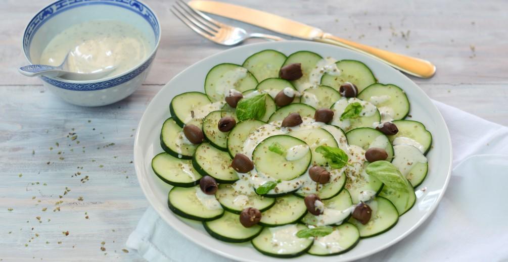 Insalata di cetrioli, olive e salsa tzatziki