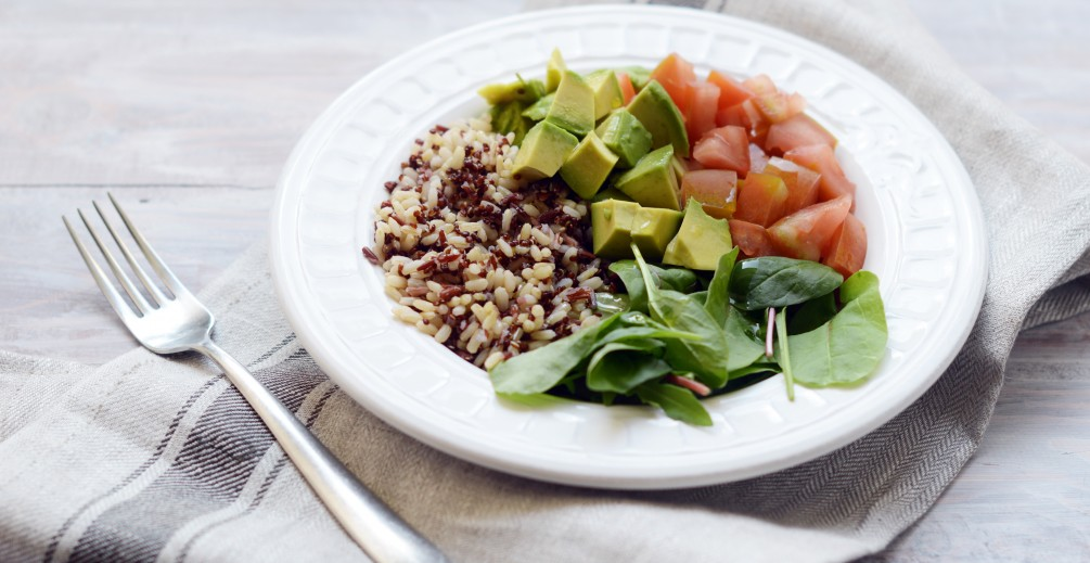 Mixed bowl con riso integrale e quinoa, avocado, pomodori