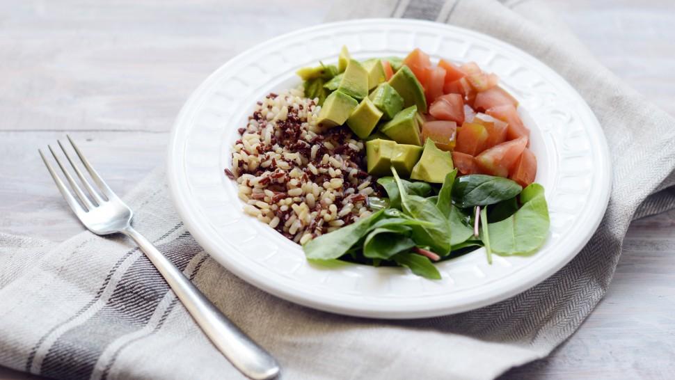 Mixed bowl con riso integrale e quinoa, avocado, pomodori