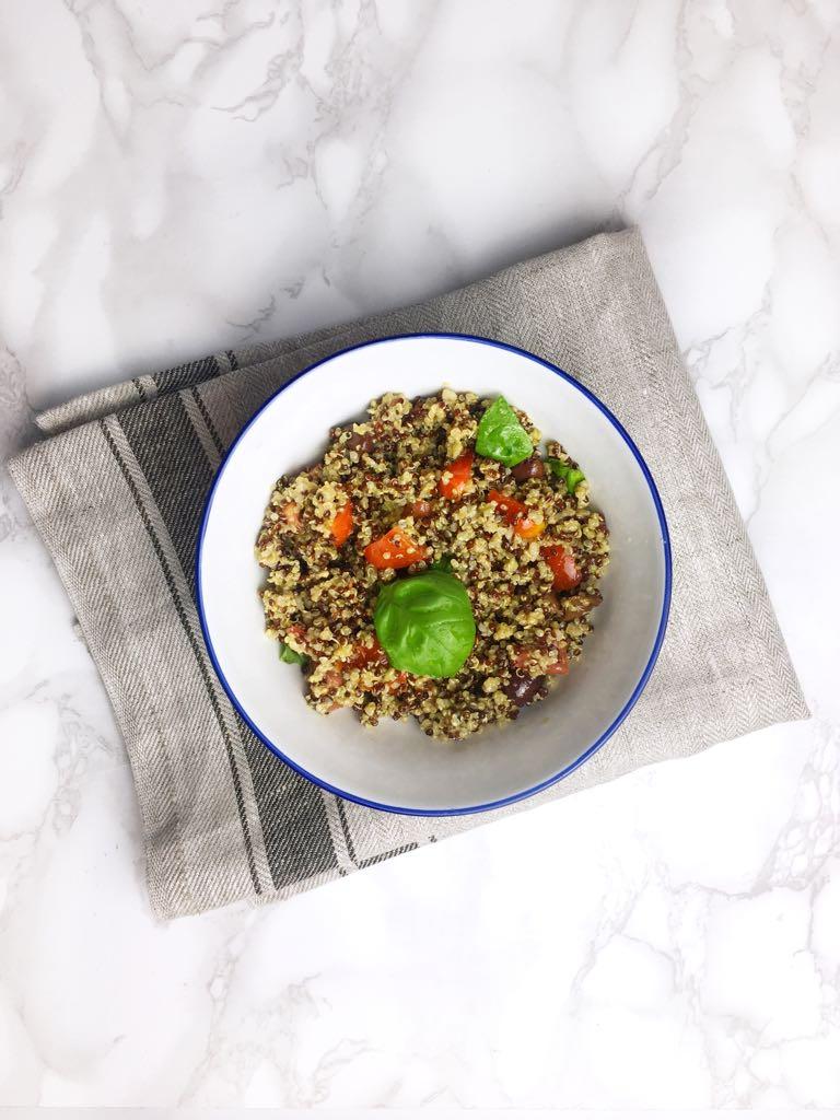 Quinoa con pomodorini, olive e basilico